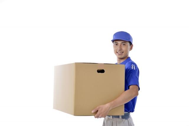 荷物を運ぶ配達員さん